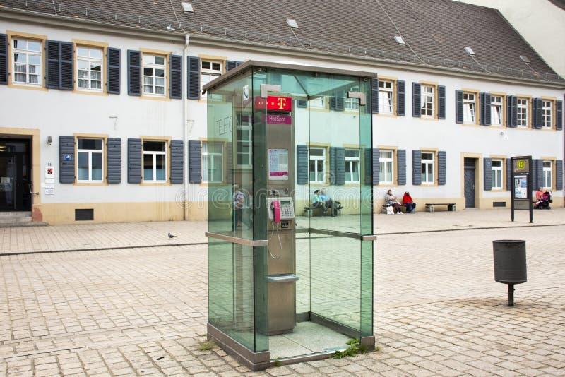Δημόσιο τηλέφωνο στη διάβαση εκτός από το δρόμο κυκλοφορίας στη μικρή αλέα στην πόλη Speyer στοκ φωτογραφία με δικαίωμα ελεύθερης χρήσης