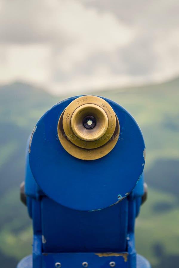 Δημόσιο τηλεσκόπιο που παρατάσσεται ενάντια στις Άλπεις σειράς βουνών στην Αυστρία, νεφελώδης θερινή ημέρα στοκ εικόνα