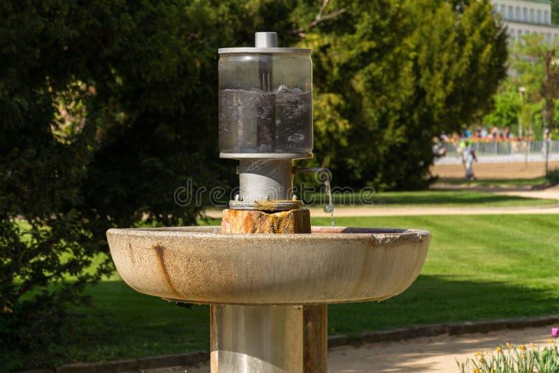 Δημόσιο φυσικό ορυκτό ρεύμα θεραπείας του Δρ Stastny, άνοιξη με το μεταλλοποιημένο νερό στην πόλη Luhacovice SPA στοκ εικόνες