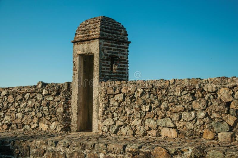 Διάβαση πάνω από τον παχύ τοίχο πετρών με ένα μικρό παρατηρητήριο στοκ φωτογραφία με δικαίωμα ελεύθερης χρήσης