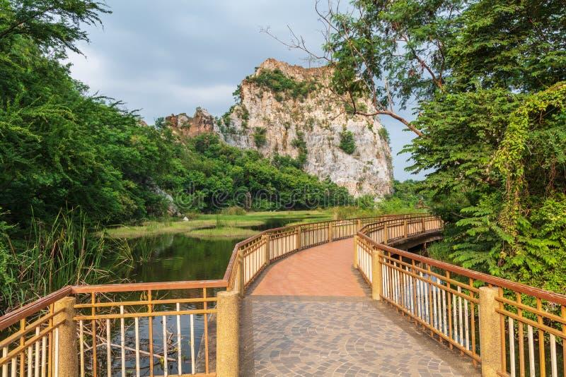 Διάβαση πεζών γεφυρών κατά μήκος του νερού στοκ εικόνες με δικαίωμα ελεύθερης χρήσης