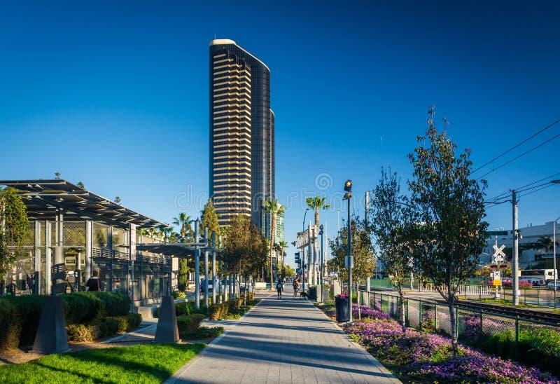Διάβαση πεζών και σύγχρονος ουρανοξύστης στο στο κέντρο της πόλης Σαν Ντιέγκο, Καλιφόρνια στοκ εικόνες