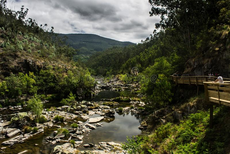Διάβαση πεζών κατά μήκος του δύσκολου ποταμού στα βουνά στοκ φωτογραφία με δικαίωμα ελεύθερης χρήσης
