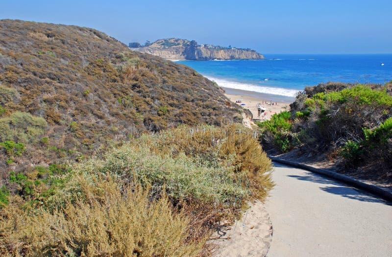 Διάβαση πεζών μέσω του κρατικού πάρκου όρμων κρυστάλλου στην παραλία. στοκ εικόνες