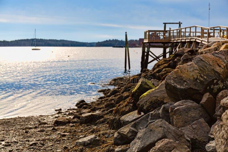 Διάβαση πεζών με sailboat στην απόσταση στοκ φωτογραφία