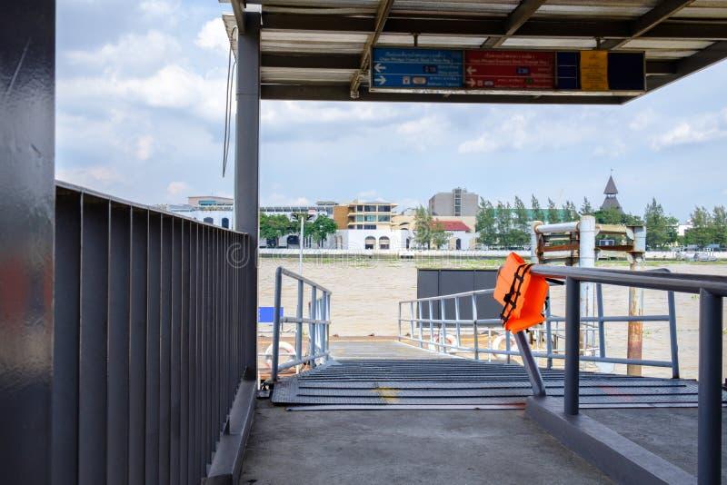 Διάβαση πεζών πρόσδεσης βαρκών, λιμάνι ή μετάβαση πακτώνων για το transportati στοκ εικόνες