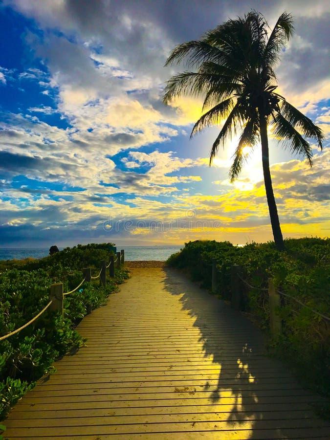 Διάβαση πεζών στην παραλία στο ηλιοβασίλεμα στοκ εικόνες με δικαίωμα ελεύθερης χρήσης