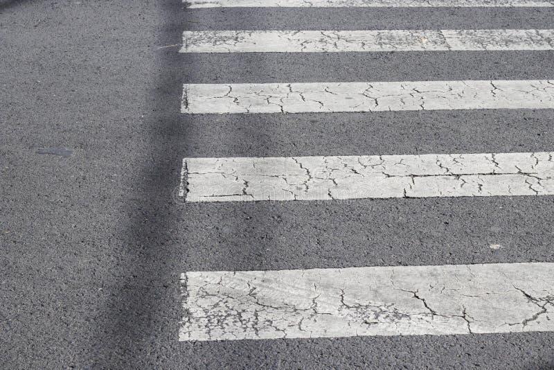 διάβαση πεζών στο δρόμο για την ασφάλεια όταν άνθρωποι που περπατούν το σταυρό το s στοκ φωτογραφία
