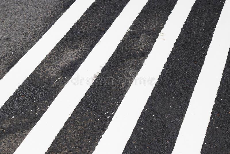 διάβαση πεζών στο δρόμο για την ασφάλεια όταν άνθρωποι που περπατούν το σταυρό το s στοκ φωτογραφία με δικαίωμα ελεύθερης χρήσης