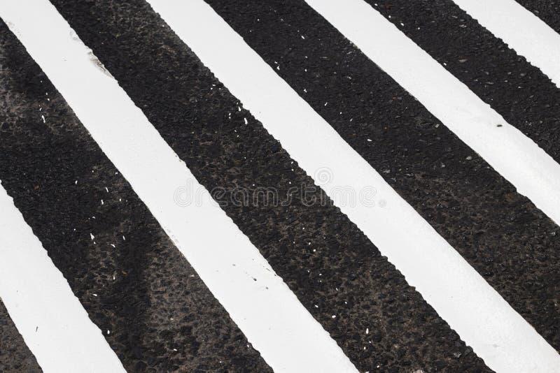 διάβαση πεζών στο δρόμο για την ασφάλεια όταν άνθρωποι που περπατούν το σταυρό το s στοκ εικόνες