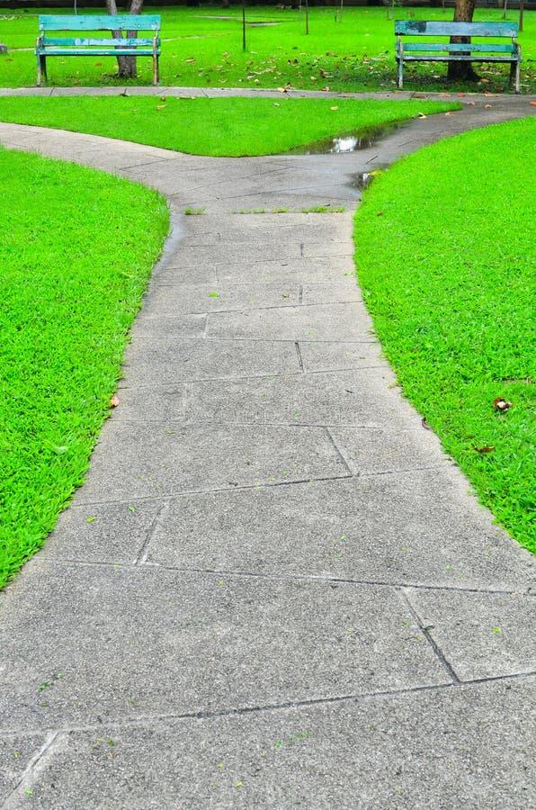 Διάβαση πετρών στο πράσινο πάρκο στοκ φωτογραφία