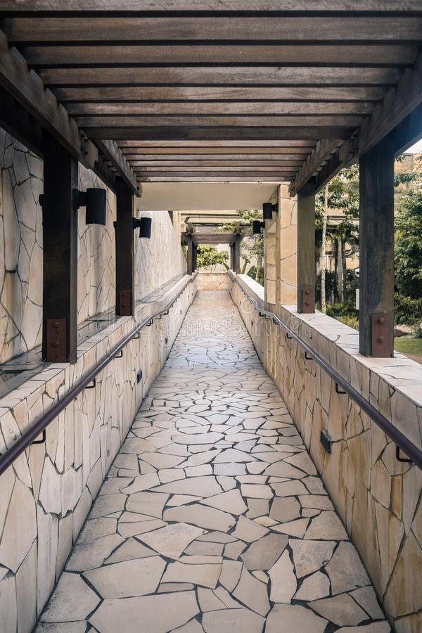 Διάβαση σε ένα πάρκο στοκ φωτογραφία με δικαίωμα ελεύθερης χρήσης