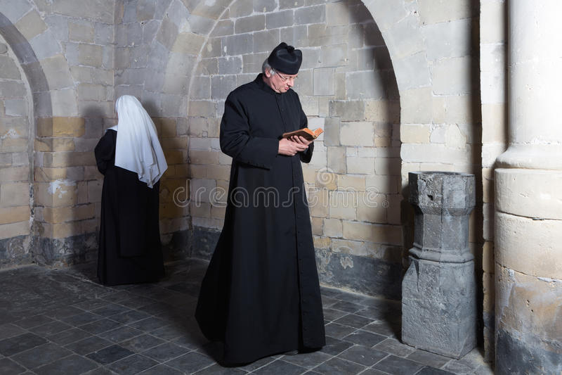 Διάβαση της καλόγριας και του ιερέα στοκ εικόνες με δικαίωμα ελεύθερης χρήσης