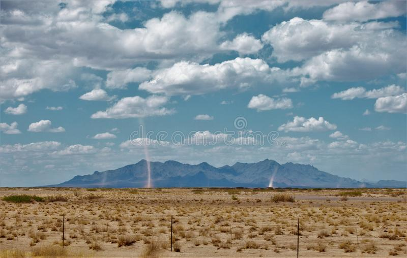 Διάβολοι σκόνης στην έρημο Νέων Μεξικό στοκ εικόνα