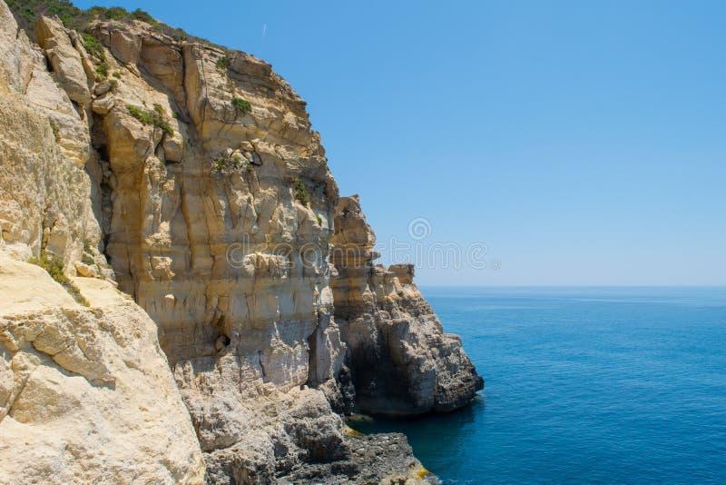 Διάβρωση απότομων βράχων θάλασσας και σχηματισμός σωρών - Rdum tal-Mara στοκ φωτογραφίες