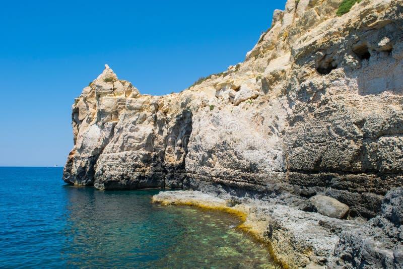 Διάβρωση θάλασσας και υποχώρηση απότομων βράχων στοκ εικόνα