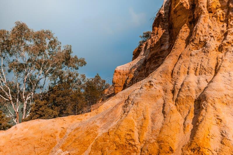 Διάβρωση του πορτοκαλιού απότομου βράχου ψαμμίτη στοκ εικόνες