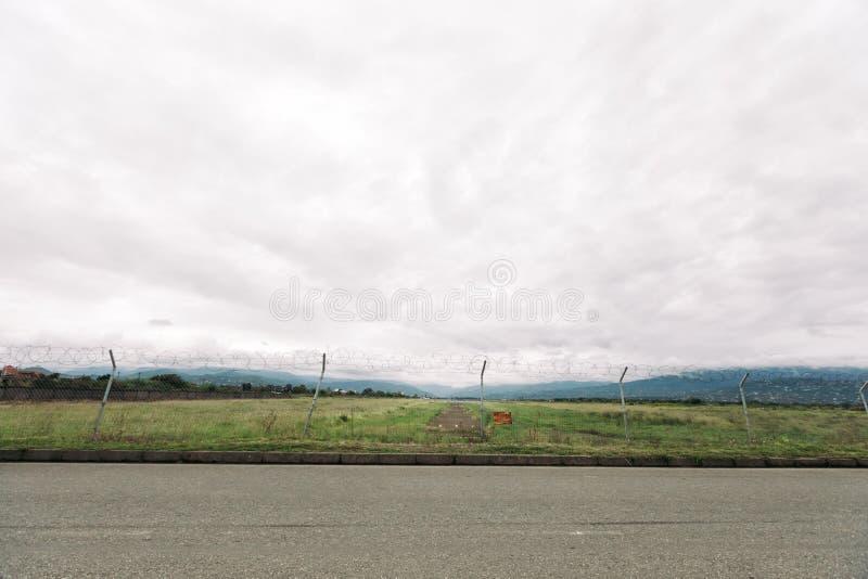 Διάδρομος για ένα αεροπλάνο απογείωση, προσγειωμένος λουρίδα για τα αεροσκάφη στα βουνά στοκ φωτογραφία με δικαίωμα ελεύθερης χρήσης