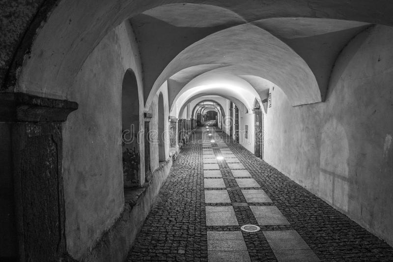Διάδρομος κάτω από τον παλαιό υπόγειο θάλαμο στοκ φωτογραφίες με δικαίωμα ελεύθερης χρήσης