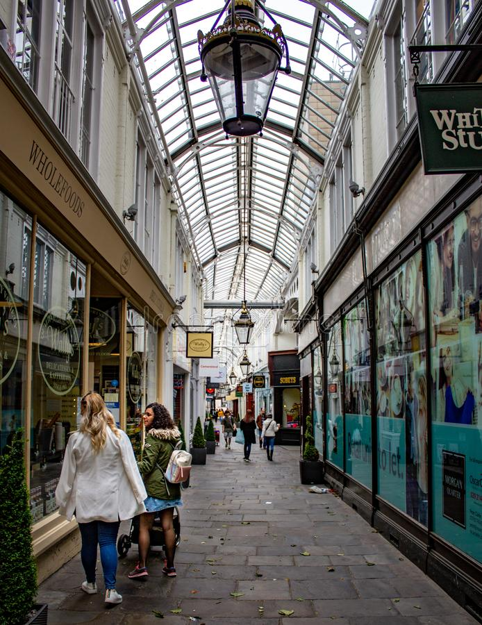 Διάδρομος λεωφόρων αγορών πόλεων arcade στοκ εικόνα με δικαίωμα ελεύθερης χρήσης