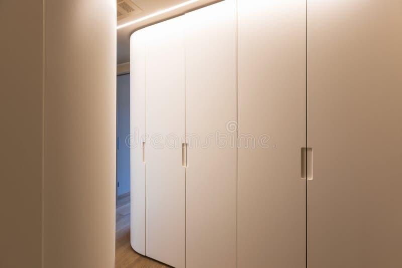 Διάδρομος με την άσπρη ντουλάπα εσωτερικός σύγχρονος διαμερισμάτων στοκ φωτογραφίες