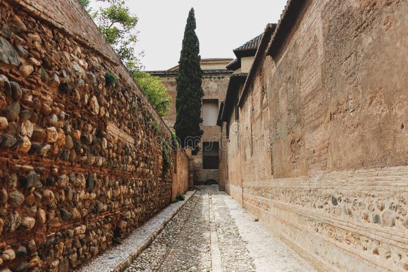 Διάδρομος με τους τοίχους της μαυριτανικής αρχιτεκτονικής, όμορφο πορτοκαλί CL στοκ εικόνες