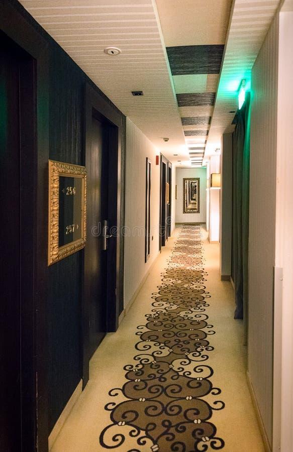 Διάδρομος ξενοδοχείων πολυτελείας με τους αριθμούς δωματίων στοκ εικόνα με δικαίωμα ελεύθερης χρήσης