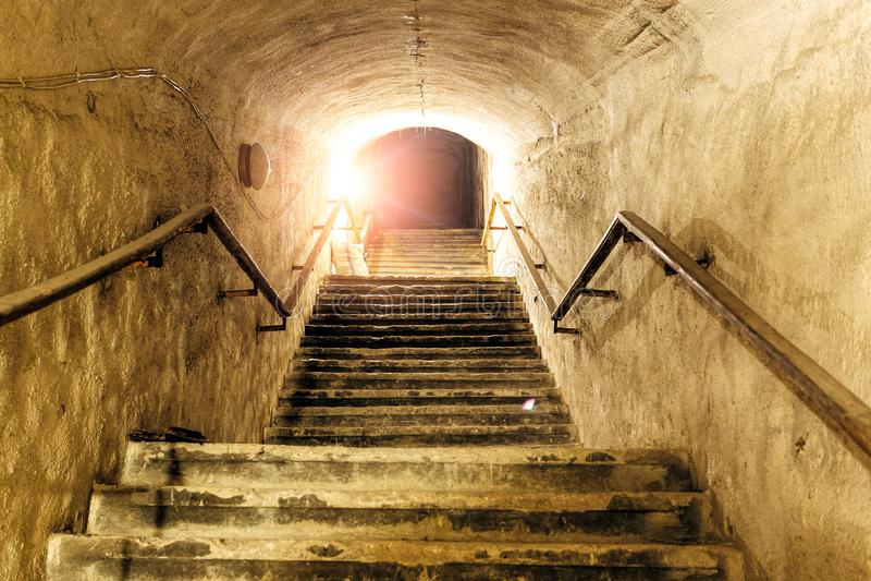 Διάδρομος της παλαιάς εγκαταλειμμένης υπόγειας σοβιετικής στρατιωτικής αποθήκης Η σκάλα πηγαίνει επάνω στην επιφάνεια στοκ φωτογραφίες με δικαίωμα ελεύθερης χρήσης