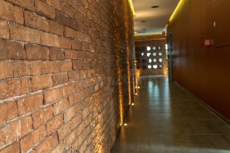 Διάδρομος τουβλότοιχος αγροτικού ή ύφους σοφιτών σε ένα σύγχρονο κτήριο στοκ φωτογραφίες με δικαίωμα ελεύθερης χρήσης