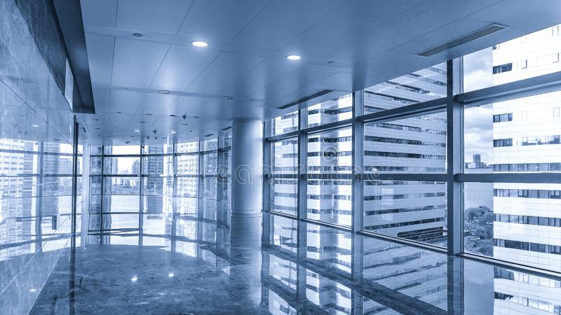 Διάδρομος του σύγχρονου εμπορικού κτηρίου στοκ εικόνες με δικαίωμα ελεύθερης χρήσης