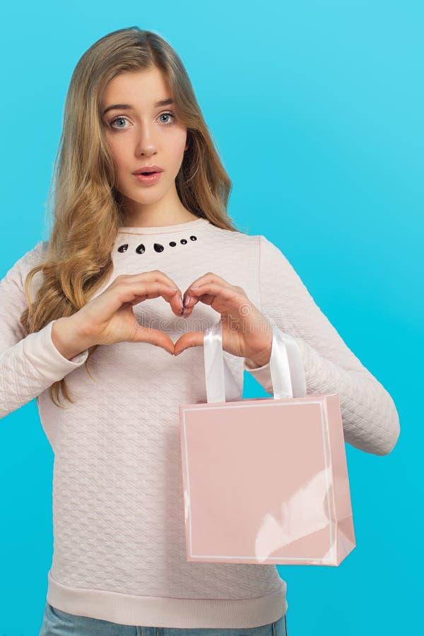 Διάθεση βαλεντίνων ` s Καρδιά και παρόν Όμορφο κορίτσι της Νίκαιας στοκ εικόνες με δικαίωμα ελεύθερης χρήσης