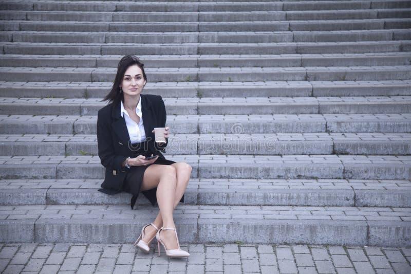 Διάλειμμα, επιχειρησιακή γυναίκα με το ποτό φλιτζανιών του καφέ, δραστηριότητα στοκ εικόνα με δικαίωμα ελεύθερης χρήσης