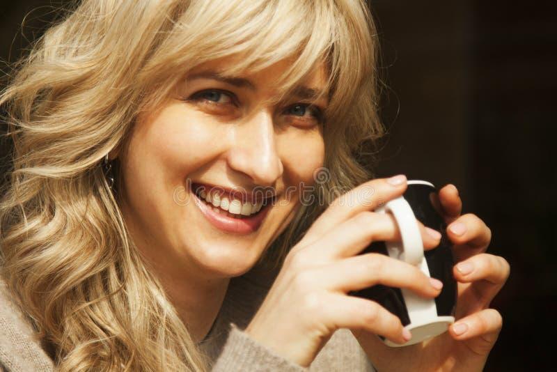 Διάλειμμα, επιχειρησιακή γυναίκα που απολαμβάνει τον καφέ σε έναν καφέ παλαιό Europ στοκ φωτογραφίες