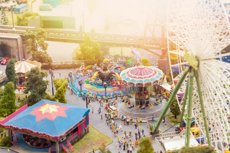 Διάρθρωση της πόλης και μικρά σχήματα Άποψη από το ύψος του πάρκου ψυχαγωγίας, εορτασμοί στοκ φωτογραφίες με δικαίωμα ελεύθερης χρήσης