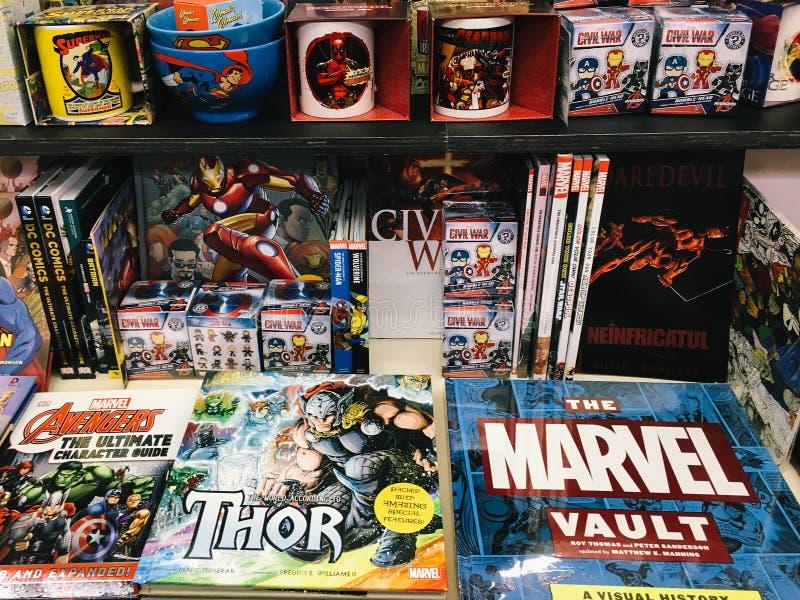 Διάσημα αμερικανικά κωμικά περιοδικά για την πώληση στο τοπικό βιβλιοπωλείο στοκ εικόνες