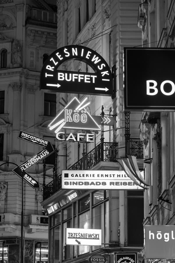 Διάσημα εμπορικά σήματα που διαφημίζουν στη Βιέννη στοκ εικόνα με δικαίωμα ελεύθερης χρήσης