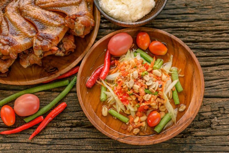 Διάσημα ταϊλανδικά τρόφιμα, papaya σαλάτα και ψημένο στη σχάρα κοτόπουλο στοκ φωτογραφίες