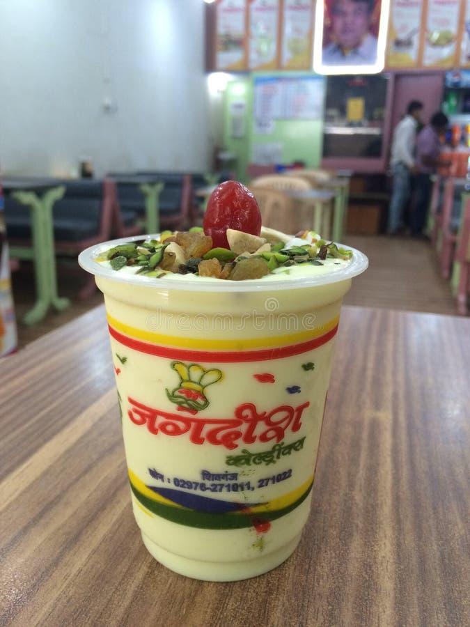 Διάσημα τρόφιμα κατανάλωσης Jagdish lassie στο ινδικό εστιατόριο στοκ εικόνα