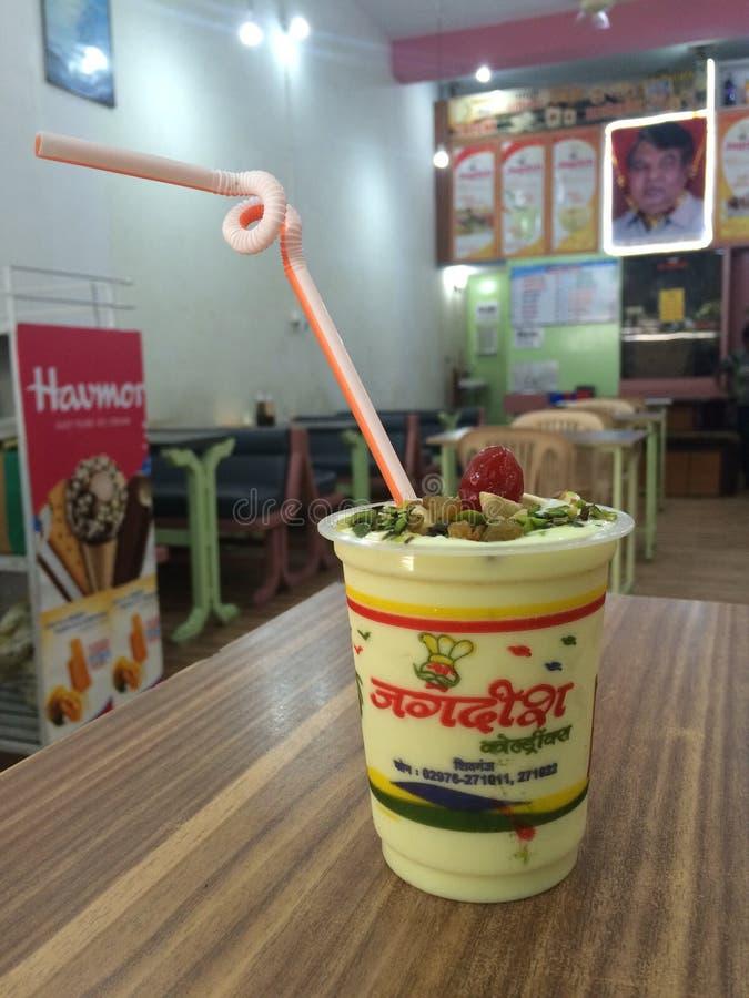 Διάσημα τρόφιμα κατανάλωσης Jagdish lassie στο ινδικό εστιατόριο στοκ φωτογραφία
