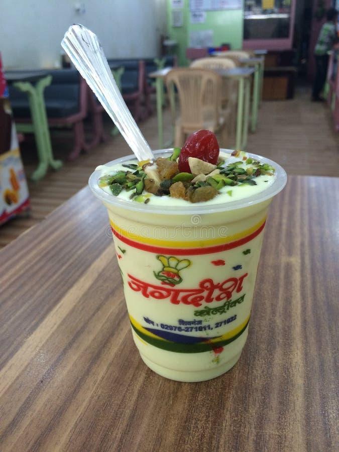 Διάσημα τρόφιμα κατανάλωσης Jagdish lassie στο ινδικό εστιατόριο στοκ εικόνα με δικαίωμα ελεύθερης χρήσης
