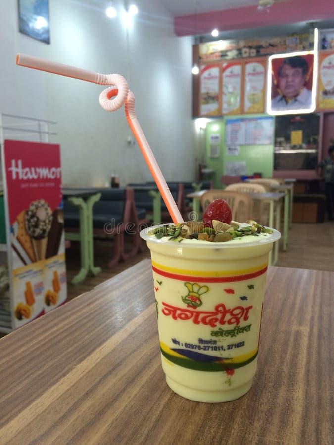 Διάσημα τρόφιμα κατανάλωσης Jagdish lassie στο ινδικό εστιατόριο στοκ εικόνες
