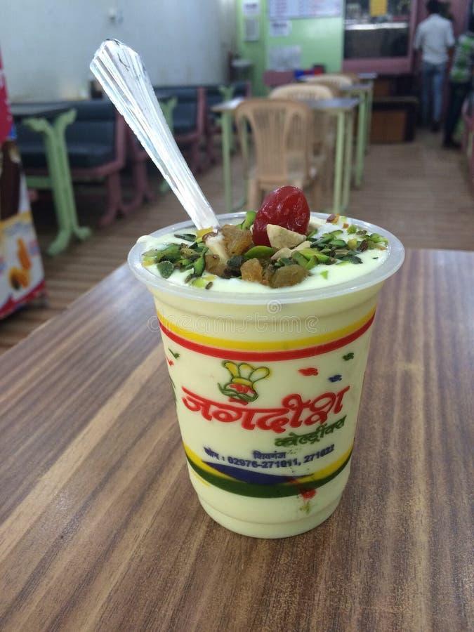 Διάσημα τρόφιμα κατανάλωσης Jagdish lassie στο ινδικό εστιατόριο στοκ φωτογραφίες