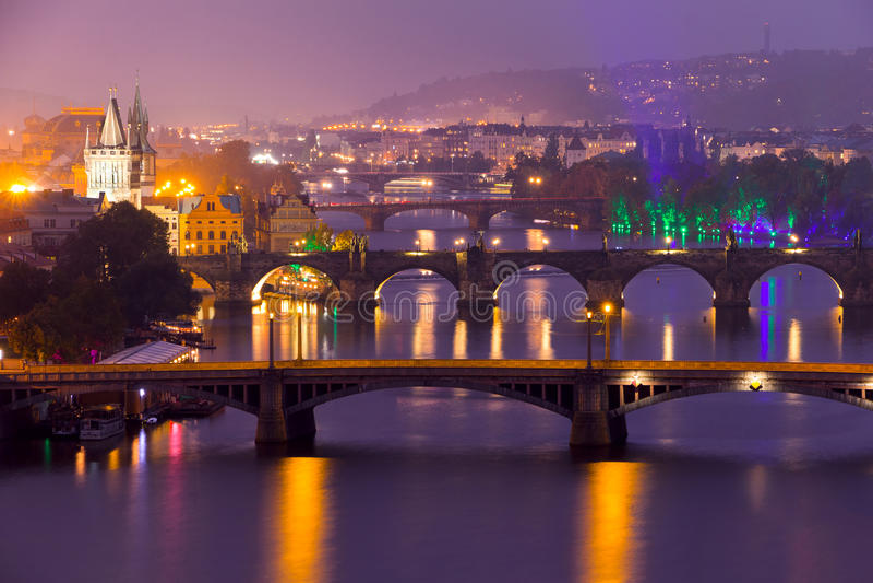Διάσημες γέφυρες της Πράγας το βράδυ στοκ εικόνες