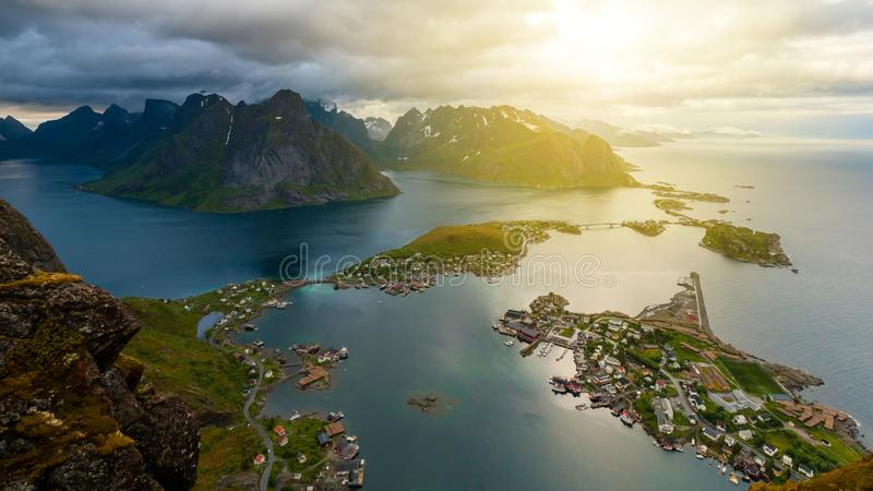 Διάσημη εναέρια άποψη σχετικά με το χωριό Reine, νησιά Lofoten, Νορβηγία στοκ φωτογραφίες