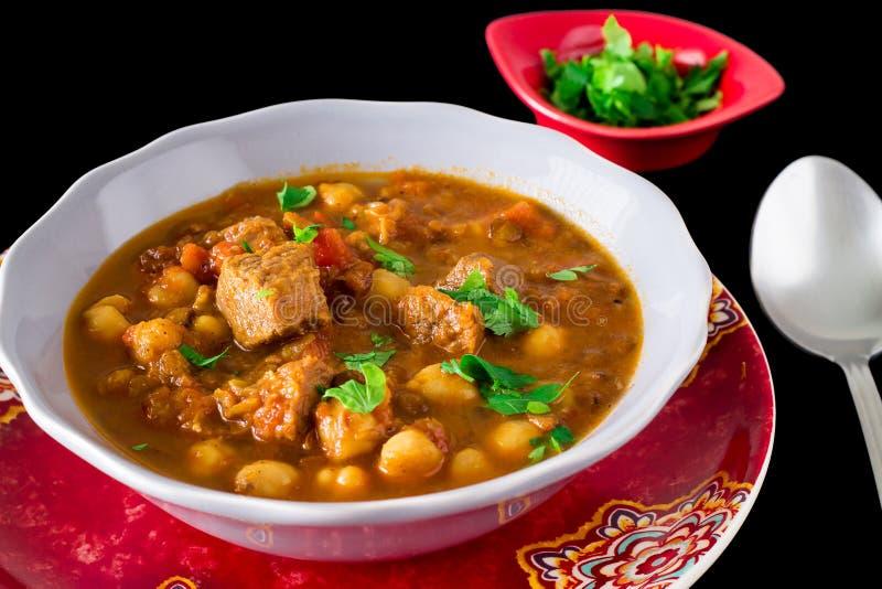 Διάσημη μαροκινή σούπα harir με το κρέας, chickpeas, φακές, ντομάτα στοκ φωτογραφία