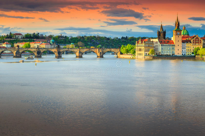 Διάσημη μεσαιωνική γέφυρα του Charles πετρών, Πράγα, τσεχικό Republik, Ευρώπη στοκ φωτογραφία
