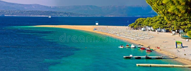 Διάσημη τυρκουάζ παραλία αρουραίων Zlatni σε Bol στην άποψη νησιών Brac στοκ εικόνα
