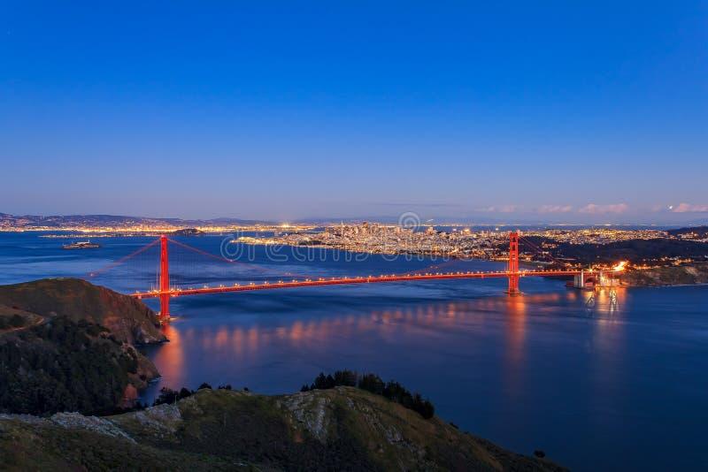 Διάσημη χρυσή άποψη γεφυρών πυλών από τα ακρωτήρια του Marin στο ηλιοβασίλεμα, S στοκ φωτογραφία
