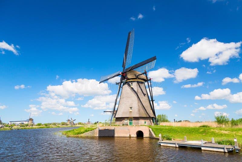 Διάσημοι ανεμόμυλοι στο χωριό Kinderdijk στην Ολλανδία Ζωηρόχρωμο τοπίο άνοιξης κατά τη διάρκεια της θερινής ηλιόλουστης ημέρας σ στοκ εικόνες