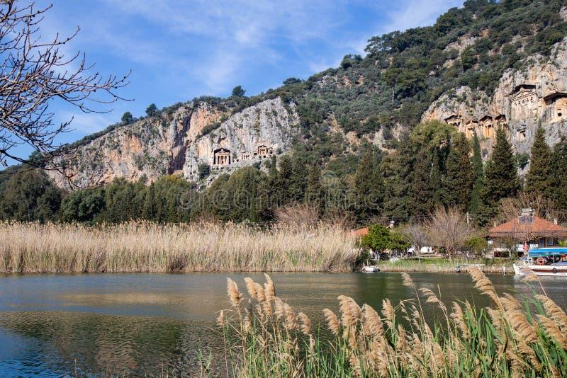 Διάσημοι τάφοι βασιλιάδων Kaunos r Υπάρχουν δωδεκάδες των τάφων που χαράζονται στους βράχους γύρω από Dalyan και τα περίχωρά του στοκ φωτογραφίες με δικαίωμα ελεύθερης χρήσης